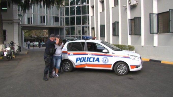 """I dënuar me """"arrest shtëpie"""", kapet duke bërë xhiro me makinë 27-vjeçari në Tiranë"""