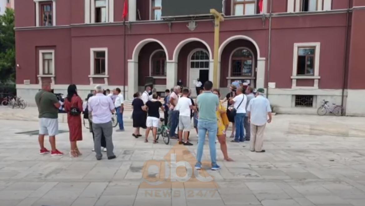 Banorët protestë në Durrës, kërkojnë rihapje të aplikimit dhe riekspertim të pallateve e banesave