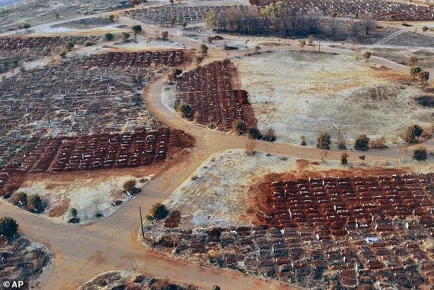 Pamje të trishta nga Afrika e Jugut, mijëra varre të reja hapen për viktimat e Covid-19