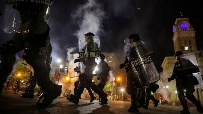 Protestat anti racizmit në SHBA, plagosen dy oficerë policie