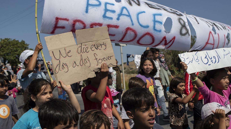 Gratë emigrante në ishullin Lesbos protestojnë kundër dhunës së policisë dhe kushteve të jetesës