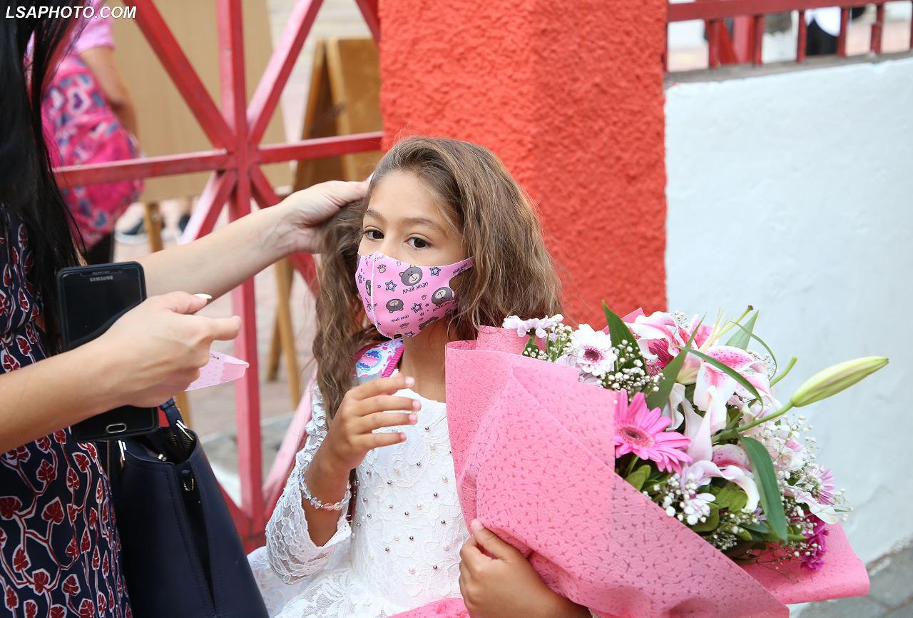"""FOTO/ Prindërit gjejnë """"formulën"""" që fëmijët të mbajnë maskat, vazhdon tradita e luleve"""