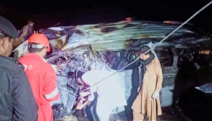 Minibusi rrokulliset dhe merr flakë, 15 të vdekur në Pakistan