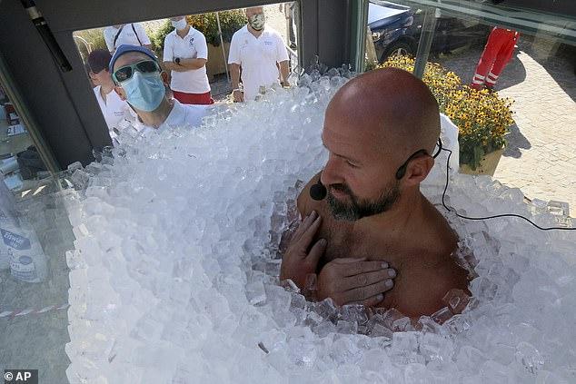 FOTO/ Austriaku thyen rekordin botëror, qendron në akull dy orë e 57 sekonda