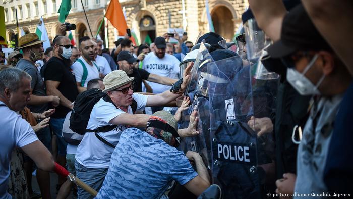 Trazira në Bullgari, protestuesit anti-qeveritarë përleshen me policinë
