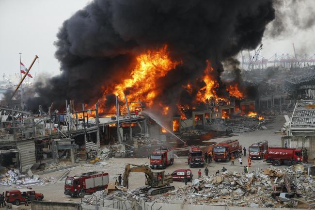 Zjarri në Beirut një muaj pas shpërthimit, presidenti: Mund të jete sabotim ose incident