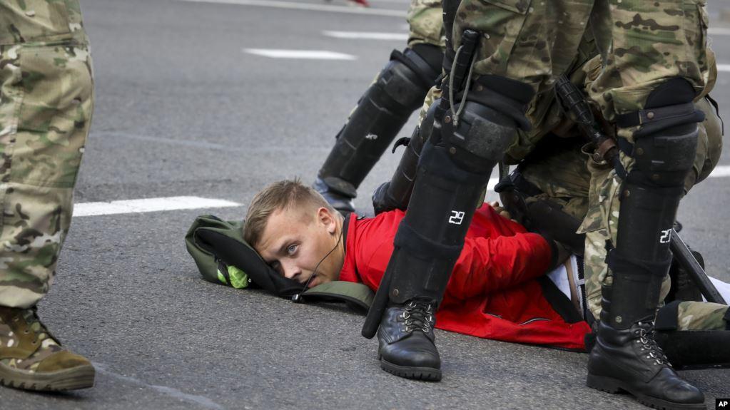Mbi 100 mijë protestues mbushin rrugët e Bjellorusisë, në protestat kundër Lukashenkos