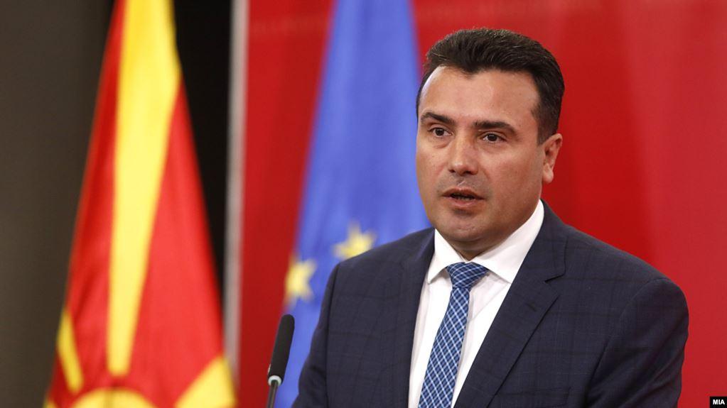 Kryeministri i Maqedonisë së Veriut Zoran Zaev pa kaskë në motoçikletë, gjobitet me 50 euro