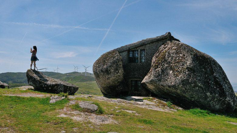 E vendosur rrëzë malit, kjo është shtëpia më e çuditshme në botë
