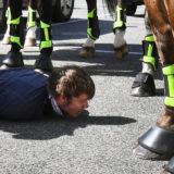 VIDEO/ Policët e përplasin me makinë dhe i gjuajnë me shkelm kokës, australiani përfundon në koma