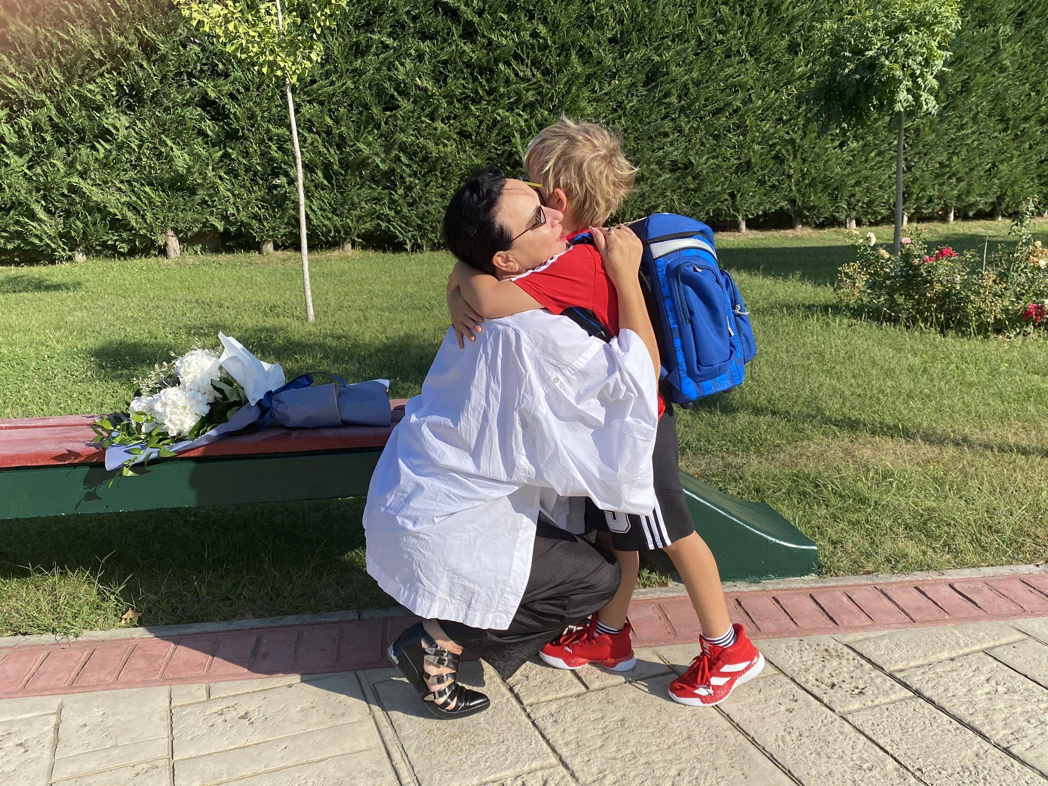 FOTO/ Zaho shkon për herë të parë në shkollë, dhurata për mësuesen