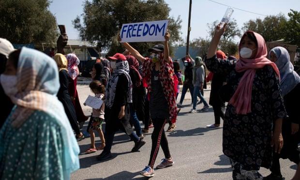 Pas zjarrit që shkatërroi kampin, 14 refugjatë rezultojnë pozitivë për Covid-19 në Lesbos