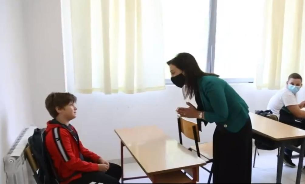Nxënësi pa maskë në klasë, Evis Kushi e kritikon: Nuk duhet të rrish këtu, mund të marrësh virusin