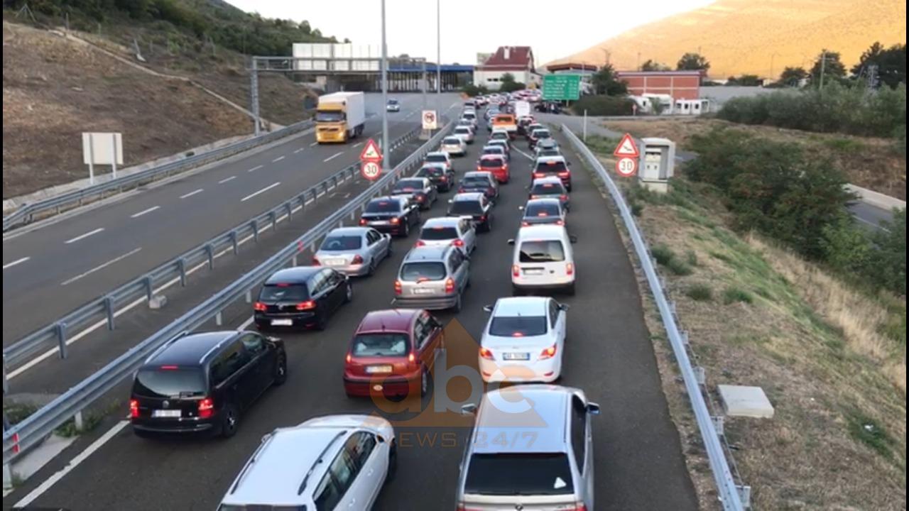 Qytetarët e Kosovës dynden drejt bregdetit, radhë të gjata automjetesh në Morinë