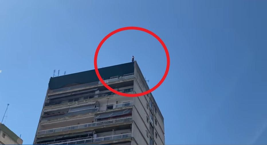 VIDEO/ Gjysmë i zhveshur, shqiptari kërcënon se do të hidhet nga kati i 12-të në Selanik