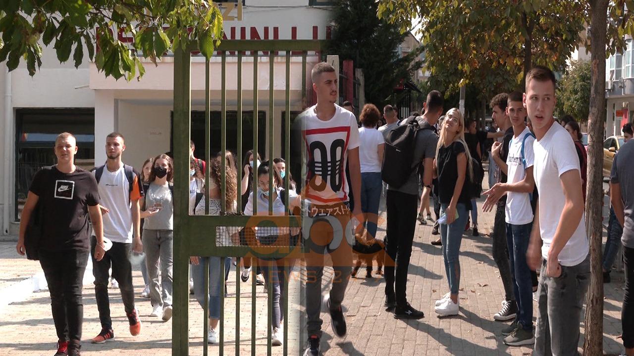 Masat anti-Covid, gjimnazistet në kryeqyet neglizhojnë zbatimin e tyre në ambientet jashtë shkollave