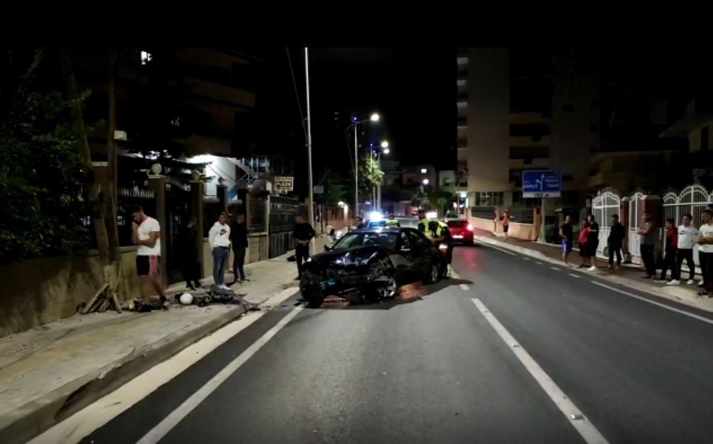 Aksident në Pogradec, Benz-i përplaset me shtyllën dhe banesën, plagoset një person