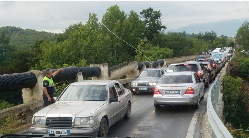 Kamioni përplaset me makinën në aksin Burrel-Klos, plagosen disa persona