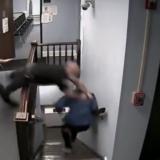 VIDEO/ I akuzuari për trafik droge arratiset nga salla e gjyqit, tre policë nuk e kapën dot