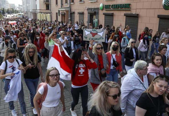 Autoritetet bjelloruse bllokojnë me tela me gjemba sheshin në Minsk, ndalojnë protestuesit
