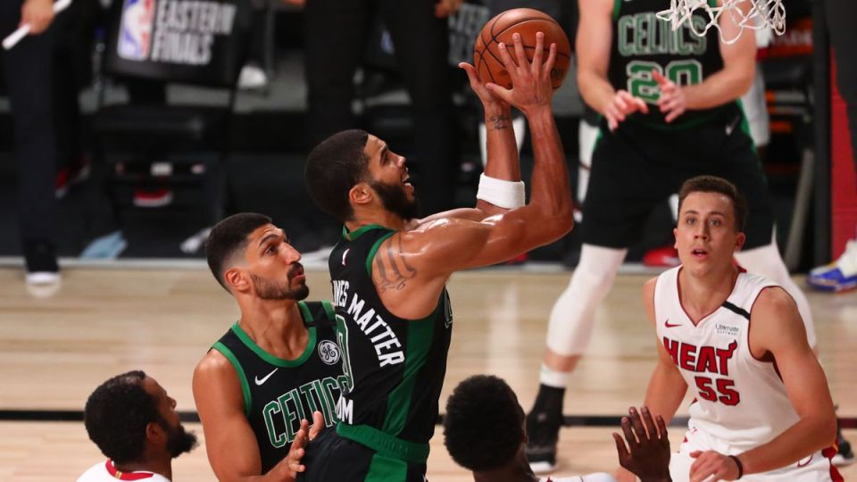 VIDEO/ Boston Celtics tregon muskujt, rihap serinë e finale me Miami Heat