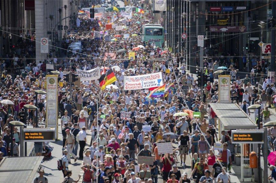 Morën pjesë në protestat në Berlin, autoritetet ashpërsojnë rregullat për maskat
