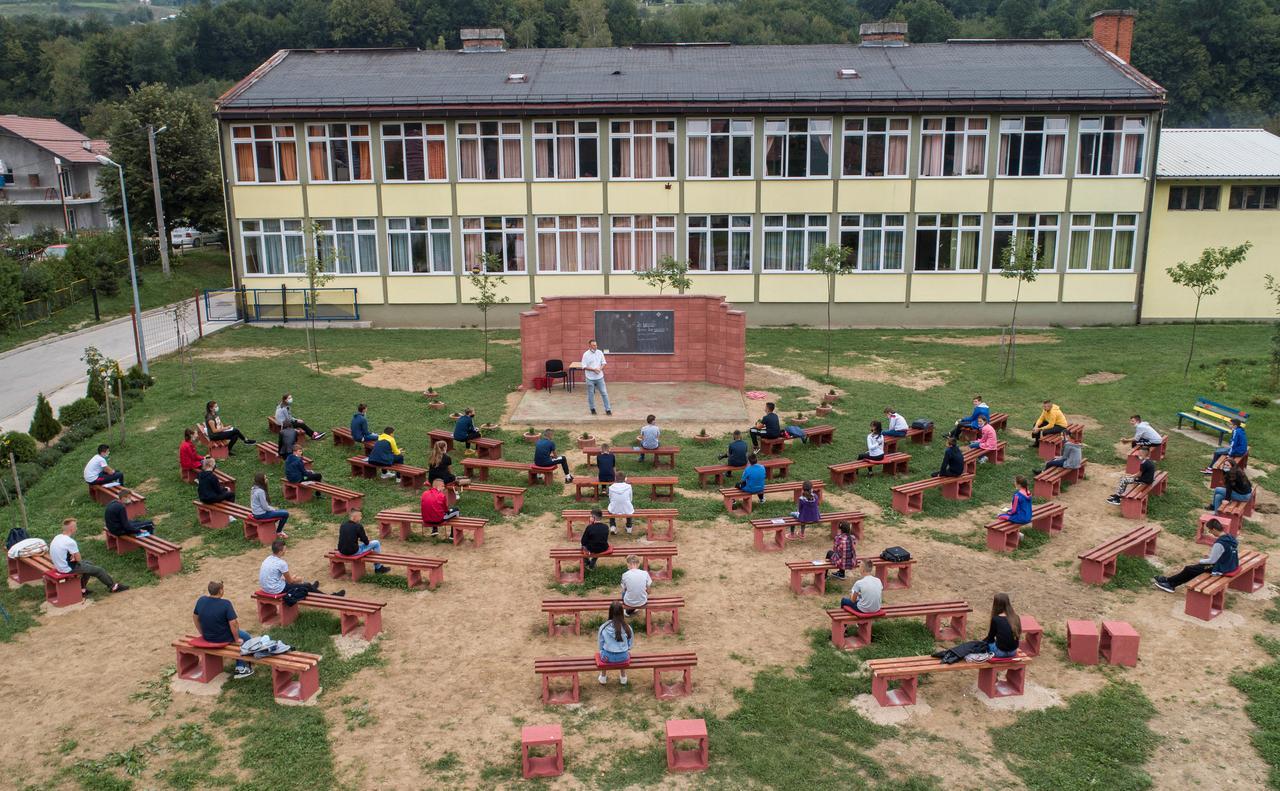 FOTO/ Mbrojtja nga Covid 19,  mësuesit në Bosnjë ndërtojnë klasën në ambient të hapur