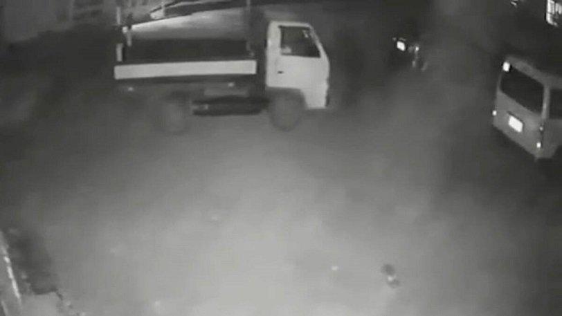 """Video që po bën xhiron e rrjetit, kamioni ndryshon vendin e parkimit, shoferi është """"fantazëm"""""""
