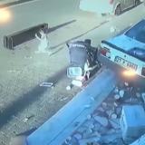 VIDEO/ Humbi kontrollin e makinës dhe për pak sa nuk përplasi dy fëmijë, publikohen pamjet dramatike