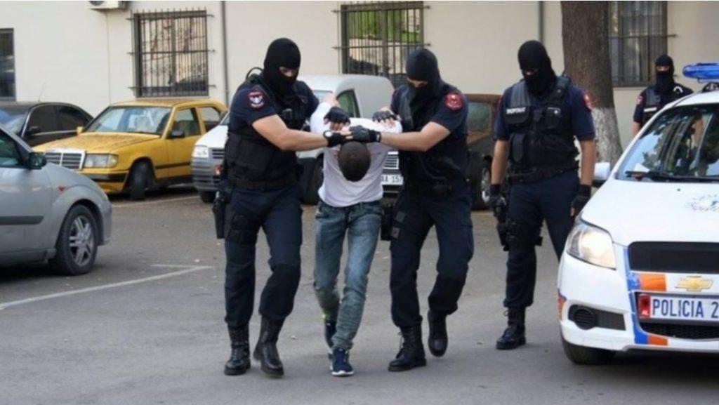 Shpërndanin lëndë narkotike, arrestohen 2 të rinj në Tiranë, organizatori në kërkim