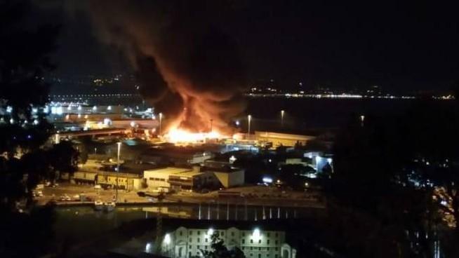Zjarr i madh në portin e Ankonës, mbyllen shkollat dhe parqet