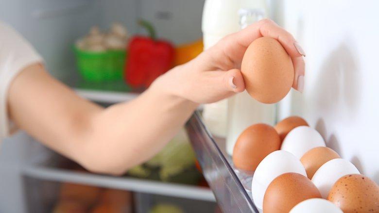Arsyeja pse nuk duhet të vendosni vezë në derën e frigoriferit