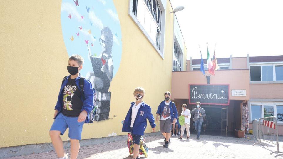 U goditën rëndë nga pandemia, rihapen shkollat në Itali