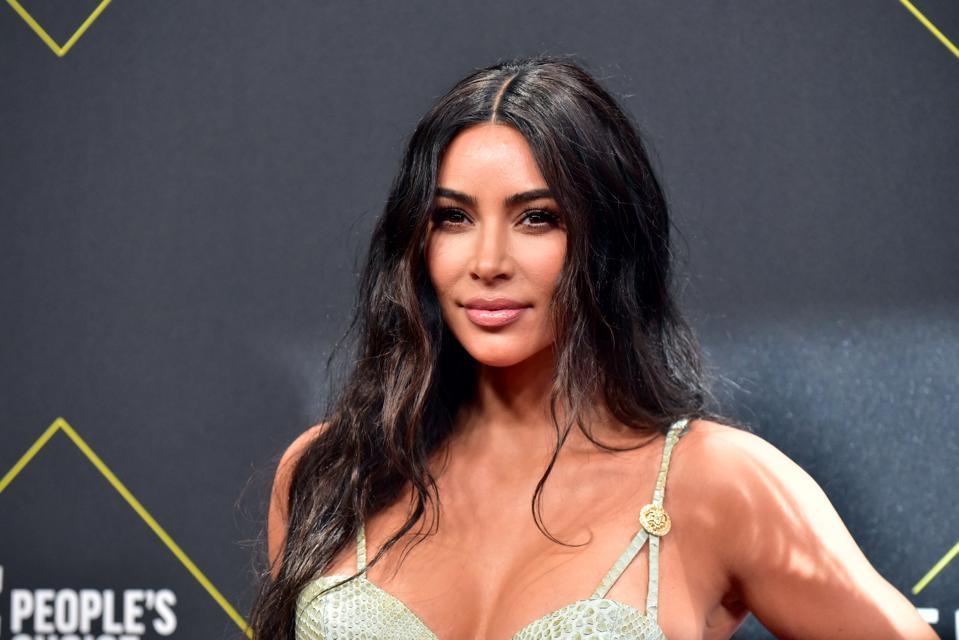 Kim Kardashian bën ndryshimin drastik, tërheq sërish vëmendjen me look-un e ri