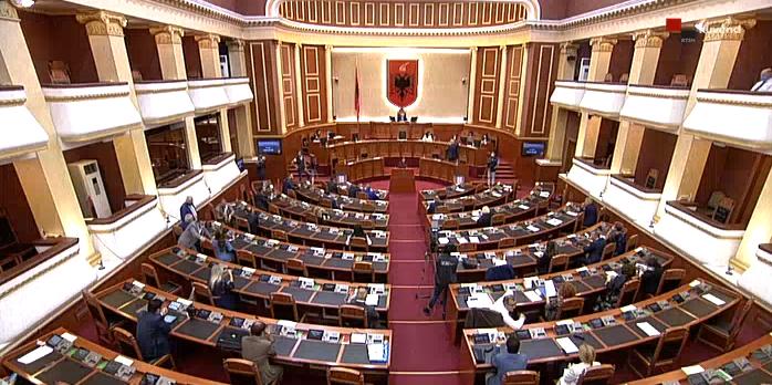 Nga shtetësia te ndarja e Shqipërisë në 4 rajone, Kuvendi i rrëzon Metës tre dekrete
