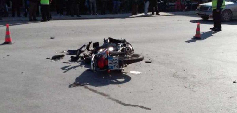 Aksident në Durrës, makina përplas motorin, dy të plagosur në spital