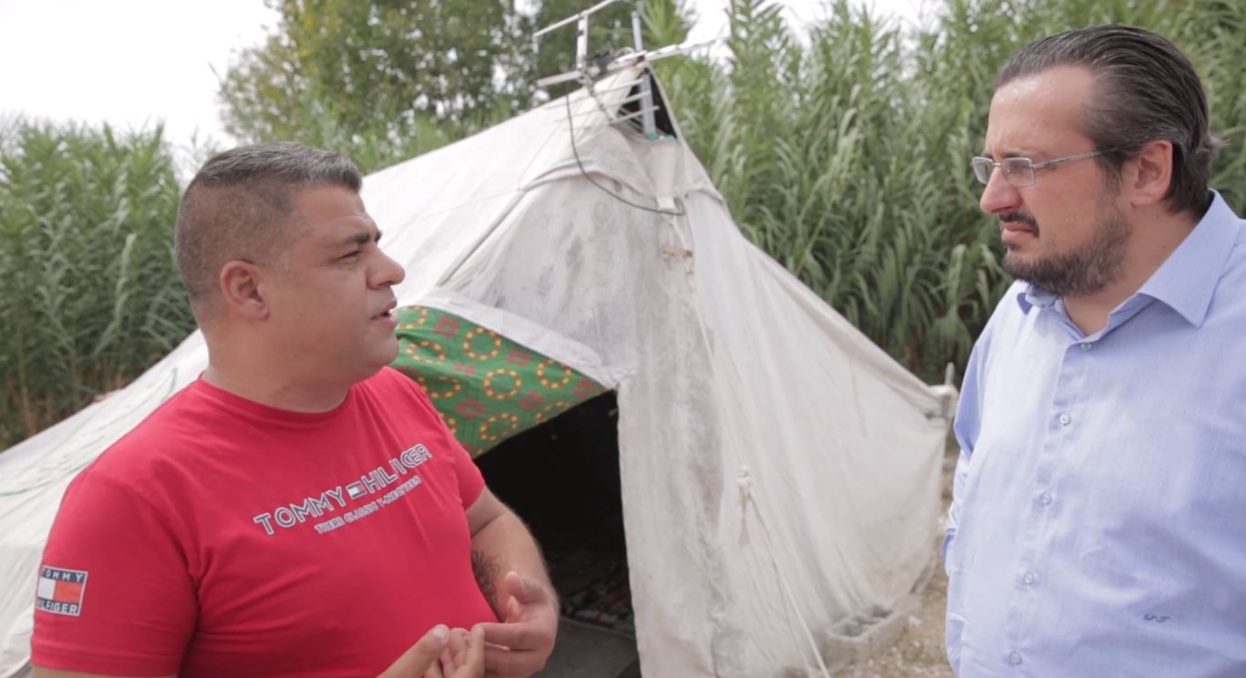"""""""Jam invalid, nuk rrihet në çadër"""", kryefamiljari kthehet në shtëpinë e dëmtuar nga tërmeti"""