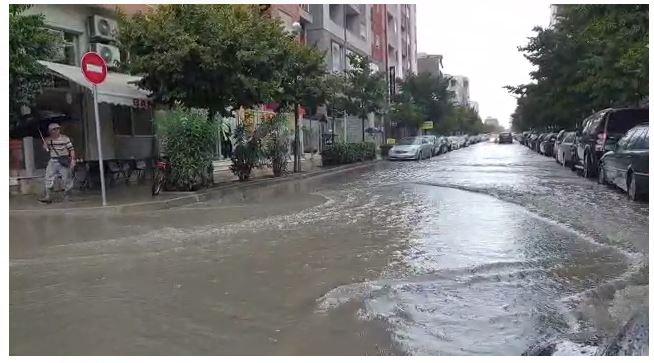 """Reshjet e shiut shkaktojnë përmbytje edhe në Durrës, pak minuta shi """"paralizojnë"""" qarkullimin"""