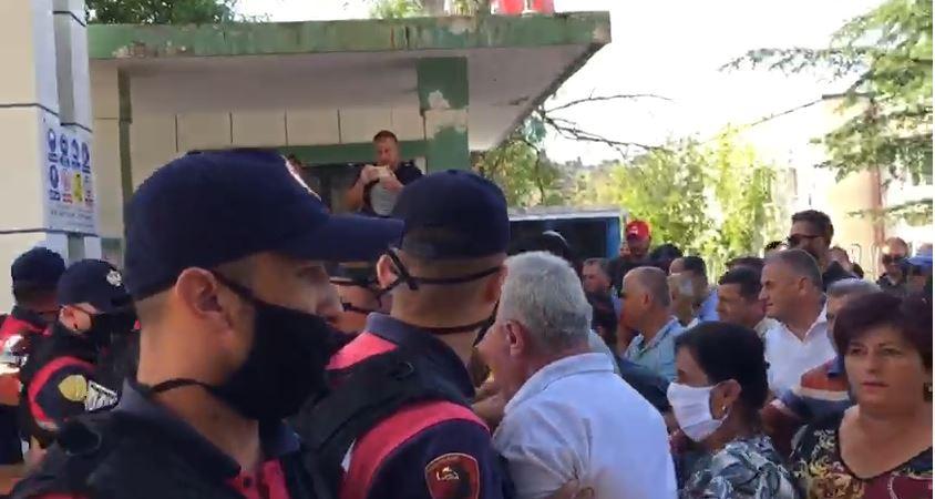 Tentojnë të futen në uzinë, naftëtarët e Ballshit përplasen me policinë