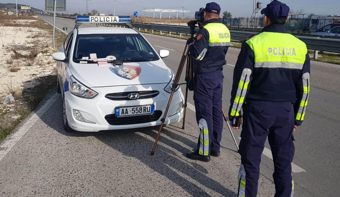 Shkelja e rregullave të qarkullimit, tre shoferë të arrestuar e 35 leje drejtimi të pezulluara në 24 orë