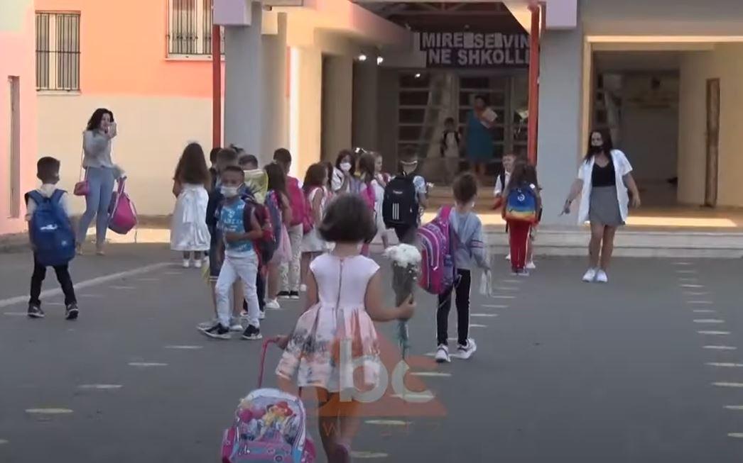 Vlorë, nxënësit e fshatit Kërkovë pa shkollë, fëmijët ruajnë distancën, prindërit në turma