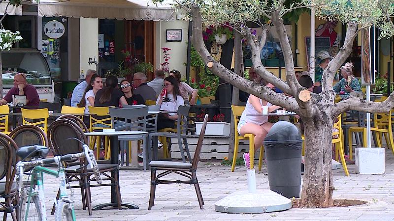 Shqiptarët në karantinë shpenzuan 54 milion euro më pak në bare e restorante