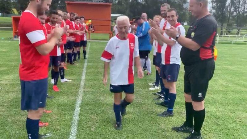 Futbollisti 80-vjeçar luan ndeshjen e fundit para se të dalë në pension