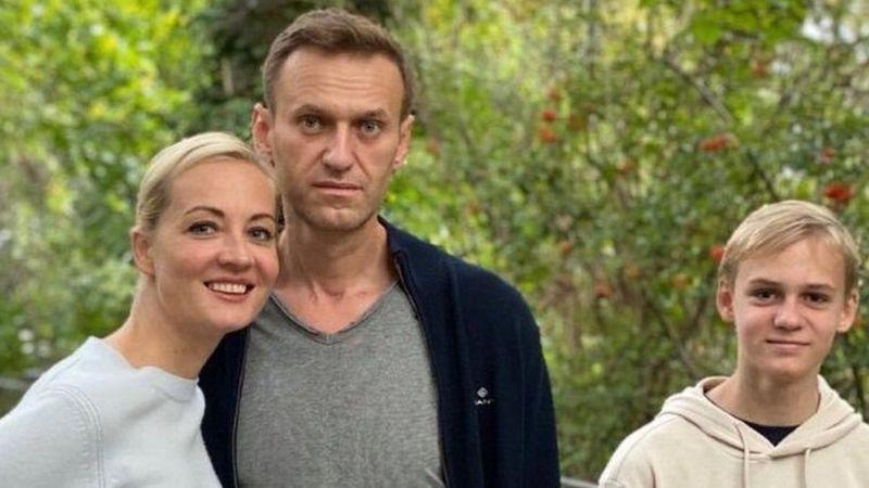 Navalny tregon momentet e para pas helmimit: Mendova se preka fundin, po vdisja