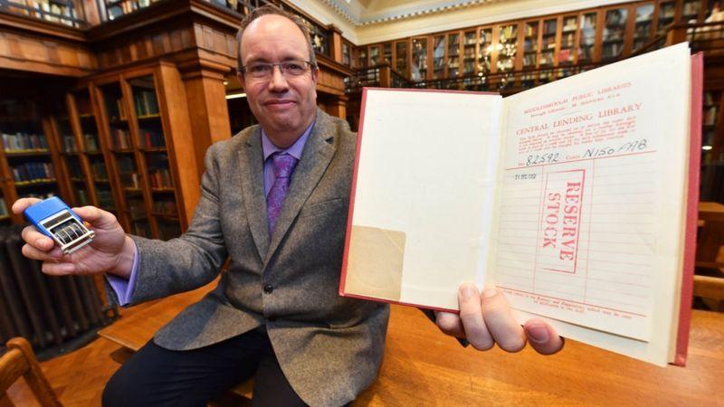 """Riktheu librin 57 vite me vonesë në Bibliotekë, lexuesi i """"shpëton"""" ndëshkimit"""