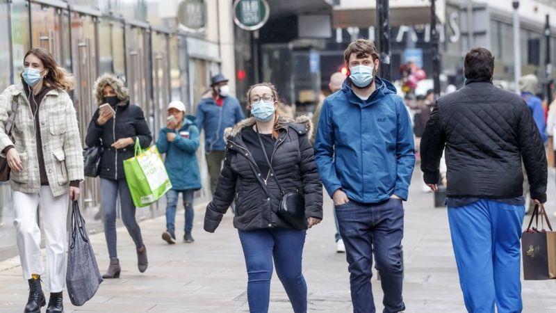 Studimi britanik: 100 mijë persona infektohen përditë me Covid-19 në vend