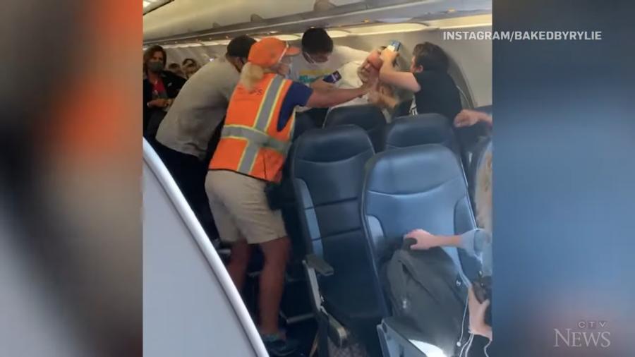 VIDEO/ Pasagjerët sherr 'prej flokësh' në aeroplan, shkaku lidhet me maskën