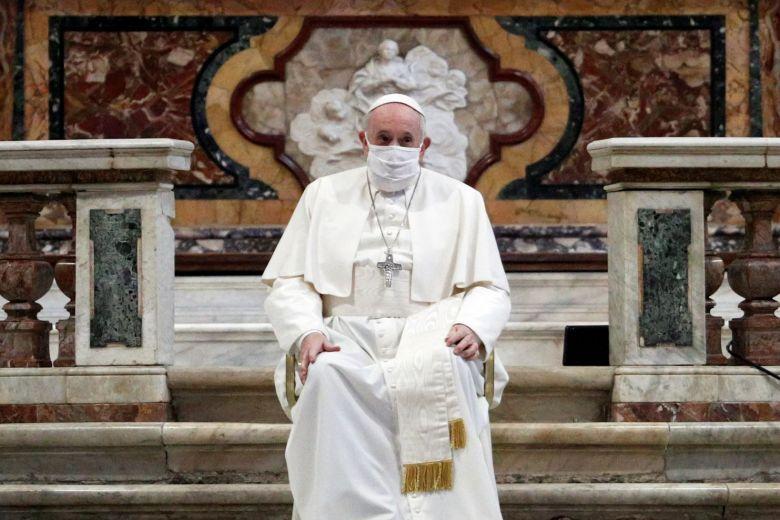 Papa Françesku për herë të parë mban maskë në publik