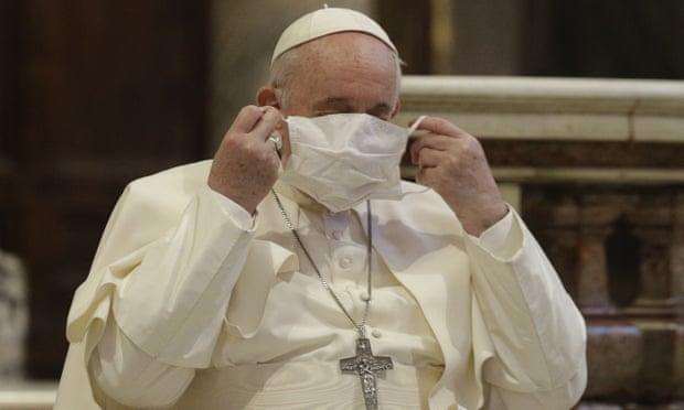 """Rrallë herë shihet me maskë, """"lumë"""" kritikash për Papën: Duhet të jetë shembull për besimtarët"""