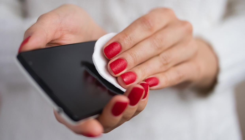 Tri gjëra në shtëpi me të cilat mund të pastrojmë celularin
